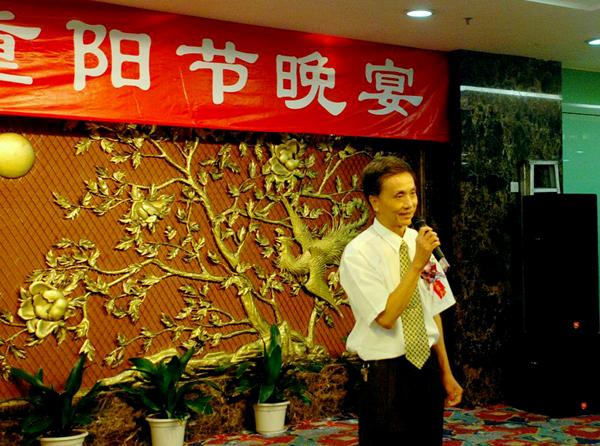 上图为男声合唱《海港之夜》,演唱者(左起):黄强      尹光宣